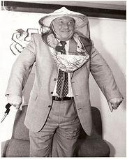 Мэр Москвы Ю.М. Лужков в сетке пчеловода от магазина «МЁД».