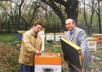 Директор магазина «МЁД» и сын мэра Москвы М.Ю. Лужков на пасеке.