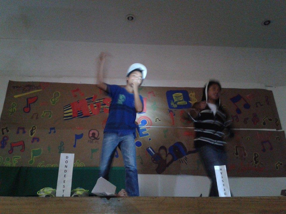 """Jóvenes del programa """"Trazando Sueños"""" presentando la obra de teatro """"Música de balas"""". Actividad con la que se fortalecieron habilidades para la vida."""