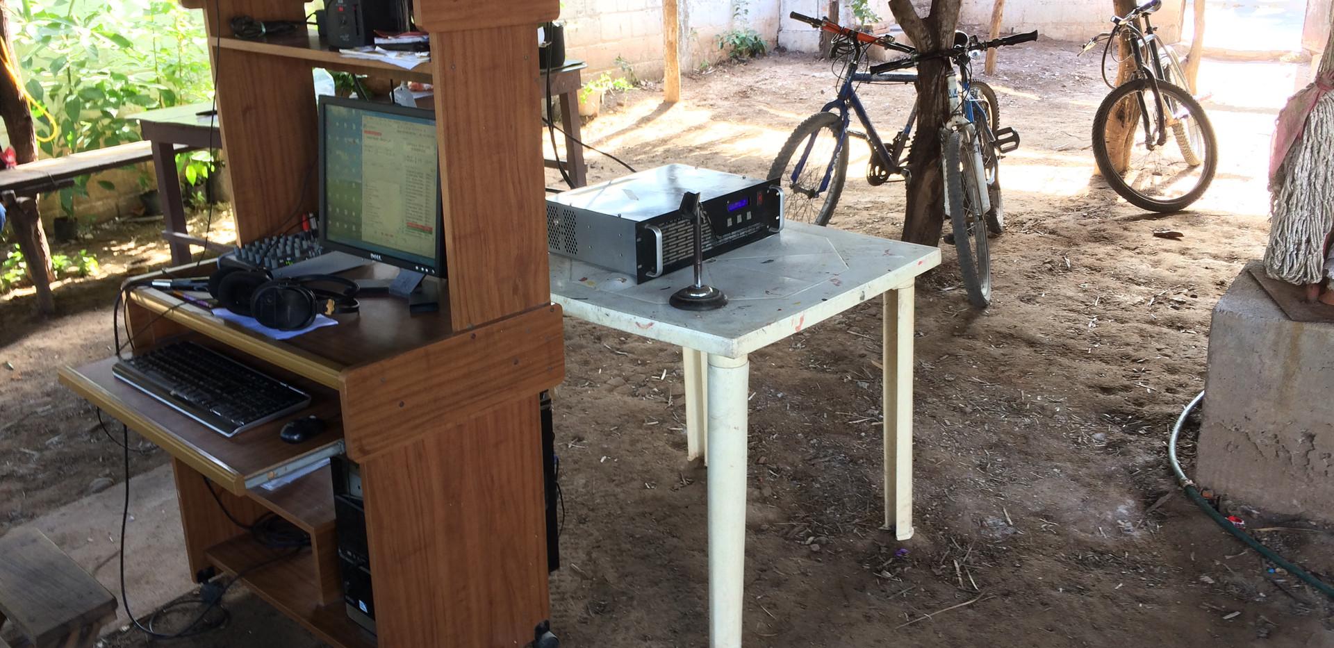 Radio Totopo cabina damnificada.jpg