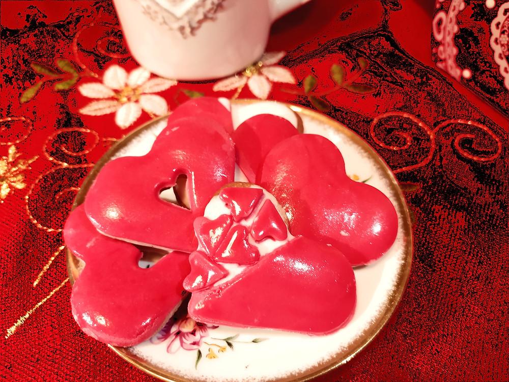 biscotti di san valentino a forma di cuore con glassa reale e pasta di zucchero con piattino ecorato e tazza in ceramica
