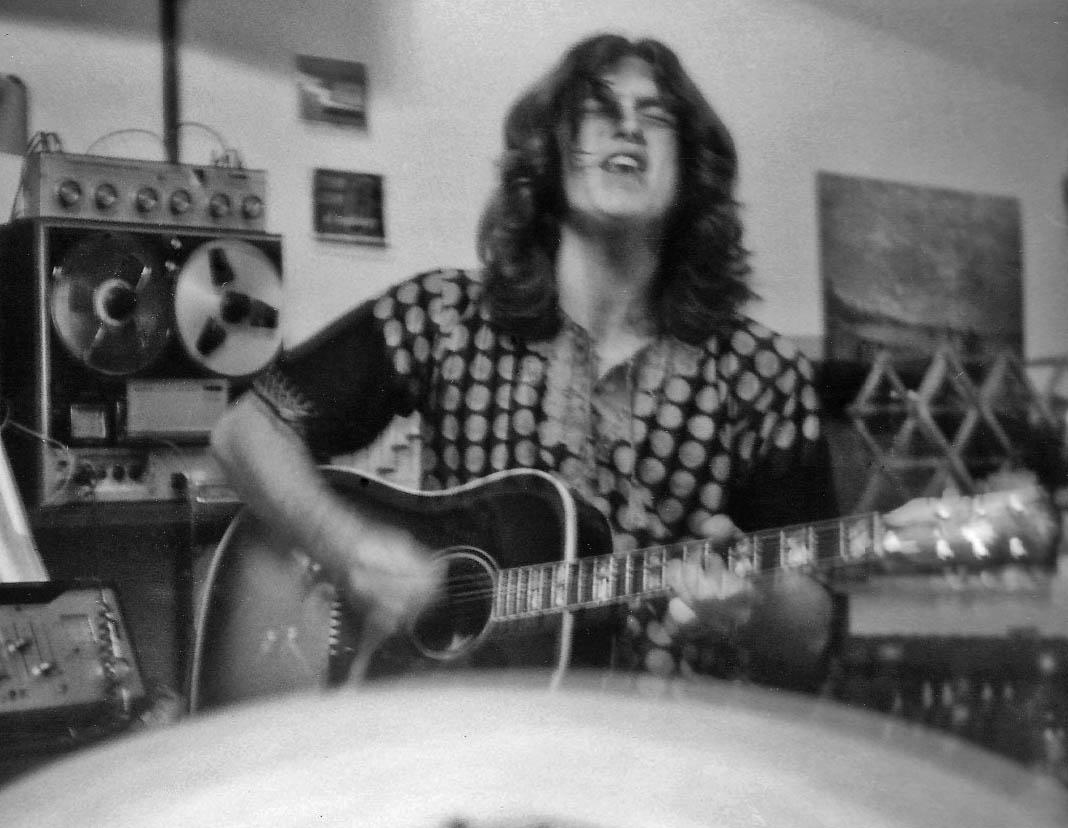 Larry singing w.guit. 9-23-72