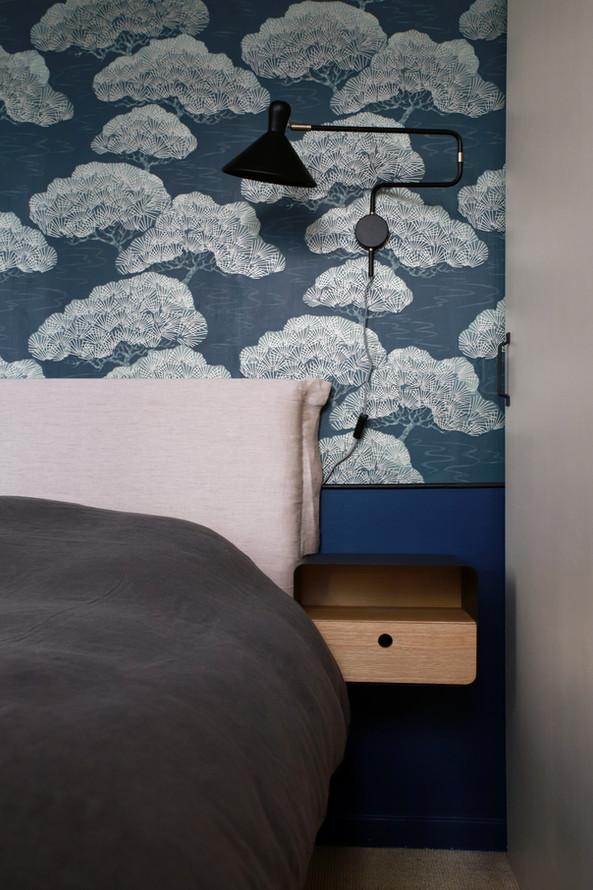 Tête de lit de la suite parentale avec son papier peint au motif antique d'un kimono japonais