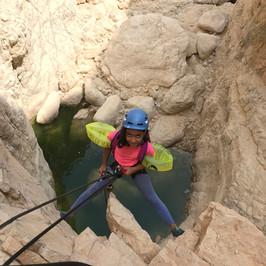 ילדה גולשת מצוק סנפלינג בנחל רחף