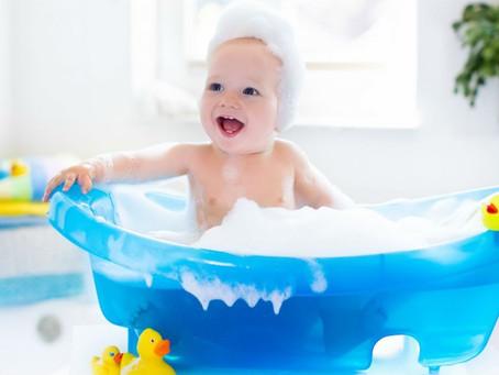 Quand et comment donner un bain à bébé ?