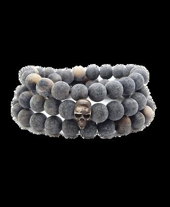 Bracelet trois rangs avec perles en corne et tête de mort