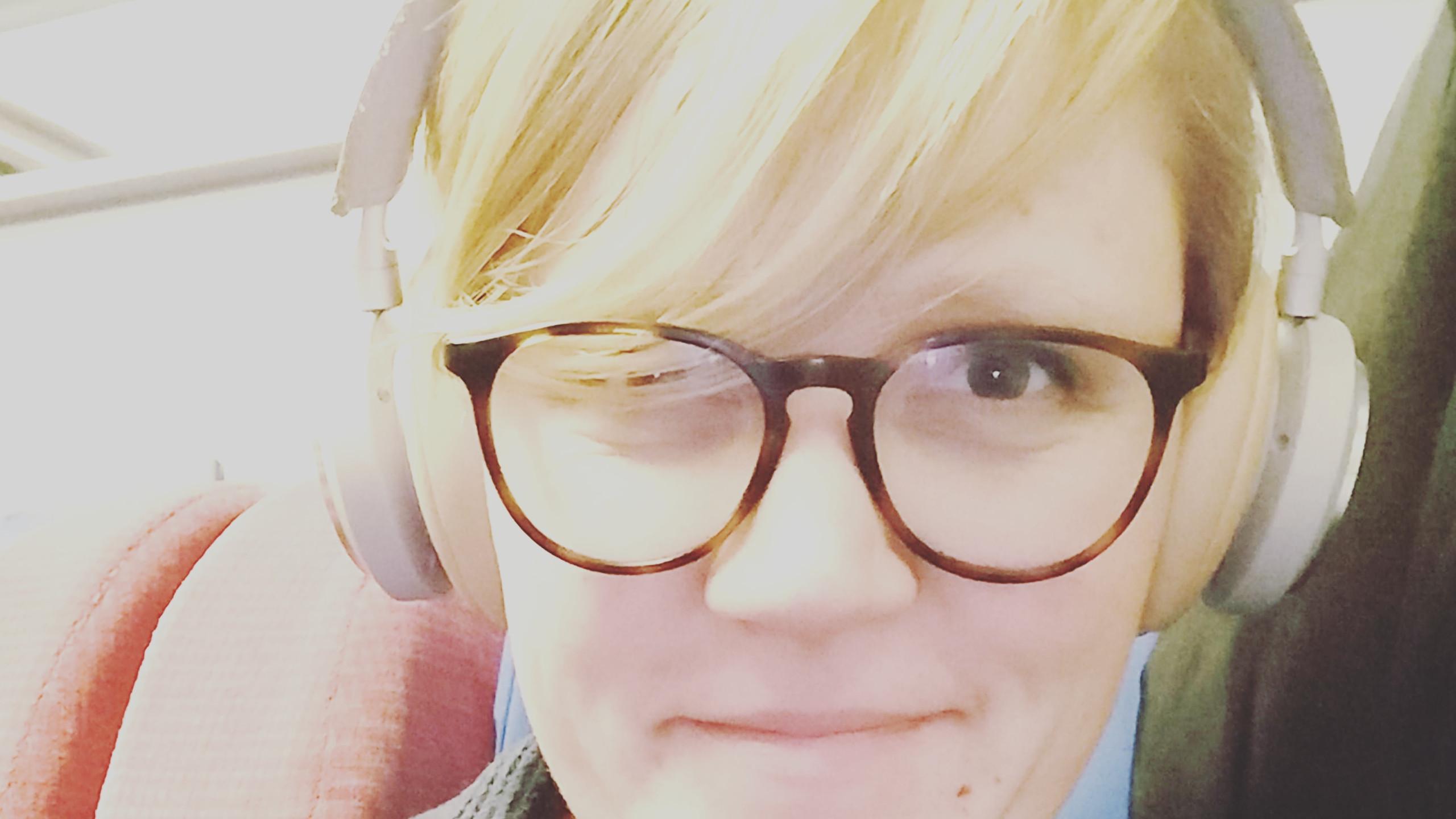 Anne nachts, müde und im Zug