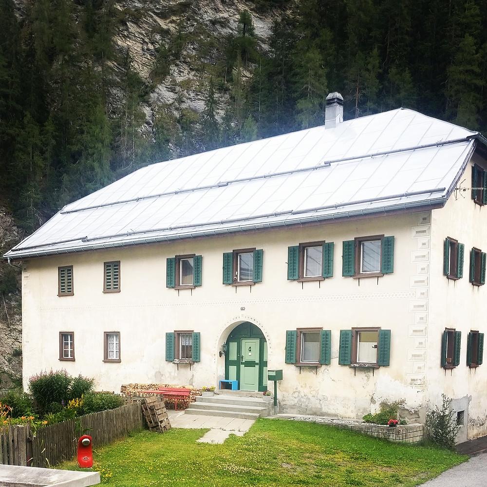 typisches Engadiner Wohnhaus aus Stein