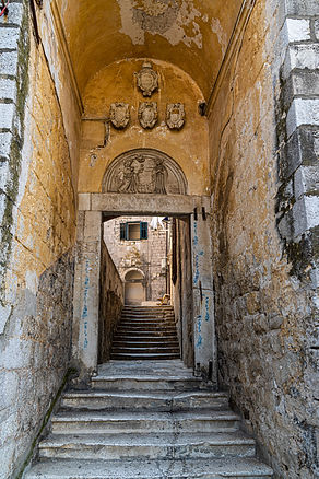 ellie bell photography, croatia, dubrovnik, walls, ancient, history, archietecture, path, walkway, arch, archway