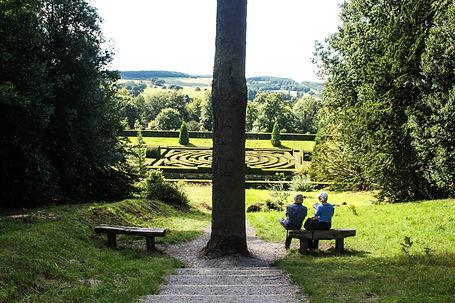 ellie bell photography, chatsworth, garden, derbyshire, maze, romantic, couple, picnic, resting, talking, walking trees, nature, derbyshire