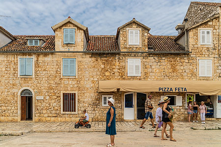 ellie bell photography, croatia, hvar, island, adriatic sea, architecture, street photography, europe, summer, tourists, pizza, pizza shop