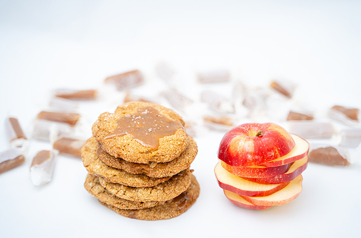 cookies with caramels and sliced apple