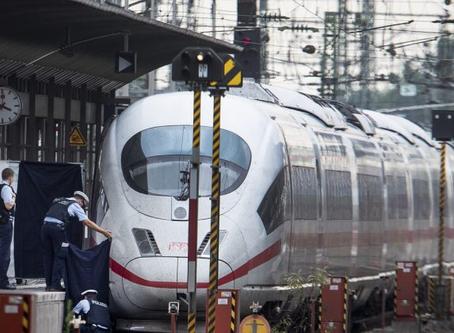 Migrante empuja a niño y madre de 8 años frente a tren que viene, niño muere