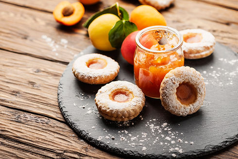 homemade-cookeis-with-apricot-jam-NRYF4B
