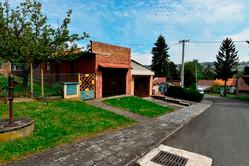 Pohled od domu na ulici a na garáž patřící k domu