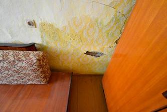 Vlhké zdivo v pokoji - problém vyřešen (více sdělíme při prohlídce nebo telefonicky)