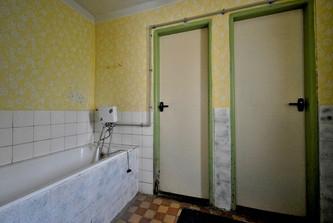 Koupelna, pravé dveře WC, levé dveře komora