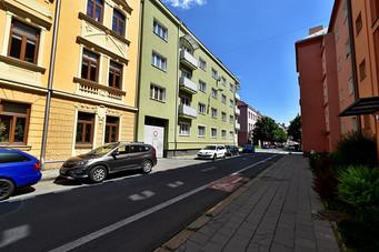 Pohled z ulice na dům - zelený
