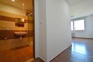 Pohled na koupelnu z chodby.