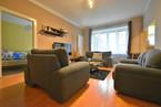 Obývací pokoj s pohledem do ložnice, kuchyně a do komory.