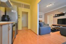 Kuchyň s pohledem do chodby a obývacího pokoje.