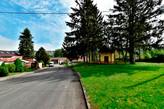 Pohled od domu na ulici