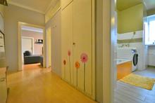 Chodba s pohledem do obývacího pokoje, kuchyně, koupelny a WC