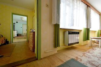 Pohled z pokoje do chodby a kuchyně
