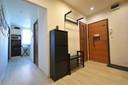 Pohled z chodby do kuchyně, koupelny a na WC.