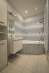 Koupelna s rohovou vanou.