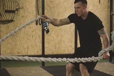 ロープを使う男