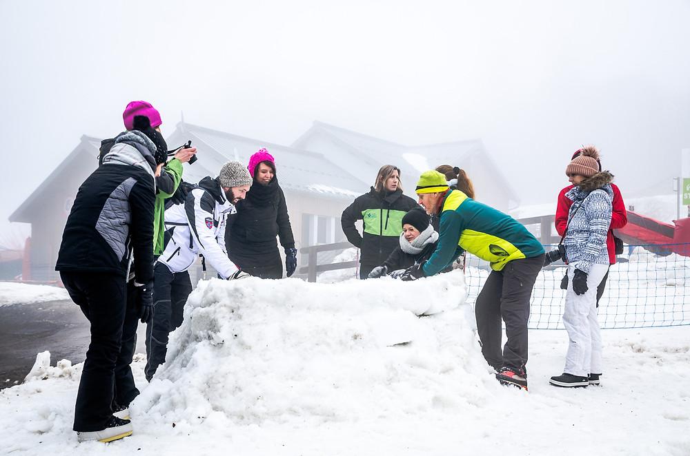 La Planche des Belles Filles construction d'igloo Massif des Vosges