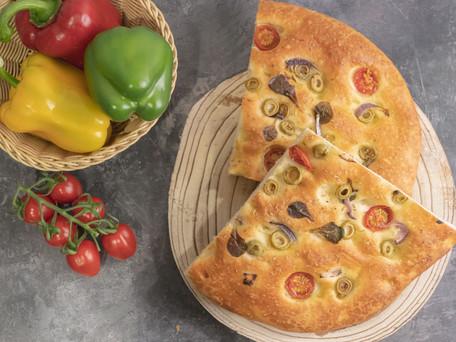 Receta para una deliciosa focaccia de aceitunas y tomate