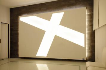 Parete in legno e LED per camera mortuaria
