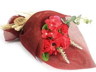 Voici un magnifique bouquet de fleurs en savon pour la Saint Valentin merveilleusement présenté comm