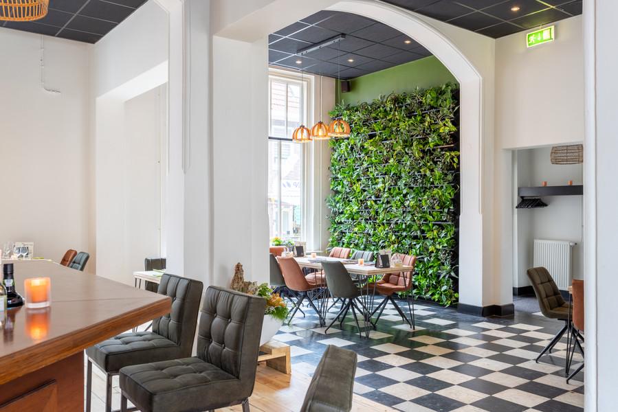 Bar en Plantenwand