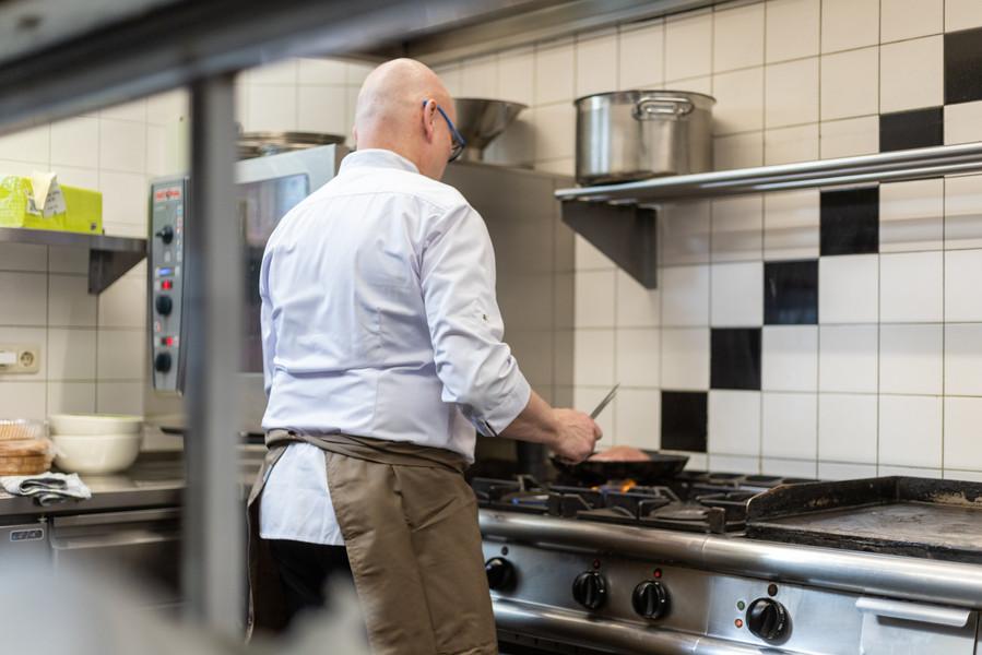 Erik (Chef-Kok) aan het werk in de keuken