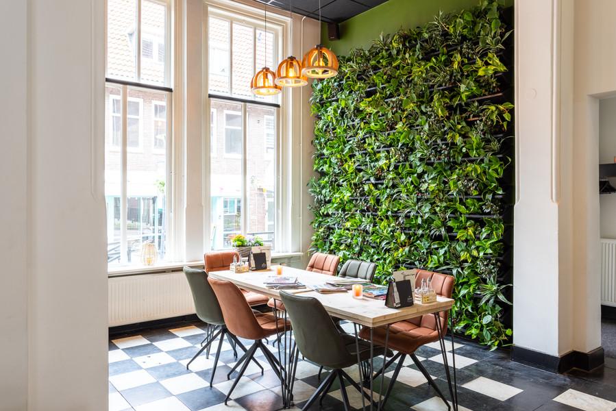 Leestafel bij de plantenwand