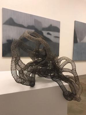 ORG53 | Série Sistemas - Na Oá Galeira e no fundo trabalho da artista Mariannita Luzzati