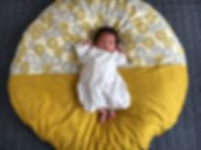 子供が生まれてからずっとせんべい座布団にお世話になっています。座布団の真ん中でちょこんと寝ていただけだったのに、今でははみ出すほど大きくなりました。 程よくふかふかで、程よく薄いのが絶妙。ついつい私たちもゴロンとしてしまいます。 子供もお気に入りでお昼寝の時、必ず「ねんね〜」と言って座布団を引っ張りだしてきます。まだまだお世話になりそうです。
