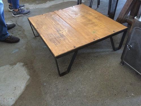 Tavolino basso quadrato ricavato da vecchio pallet