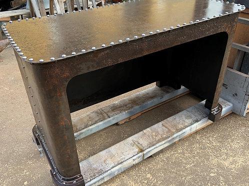 Tavolo borchiato in metallo