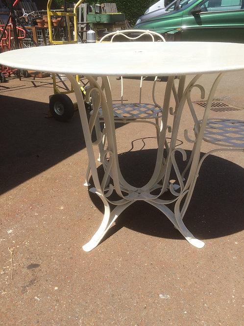 Tavolo da giardino con quattro sedie