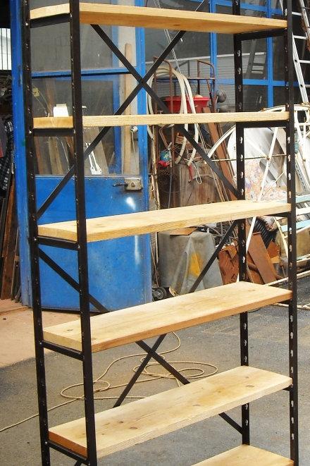 Scaffalatura in ferro con ripiani in legno