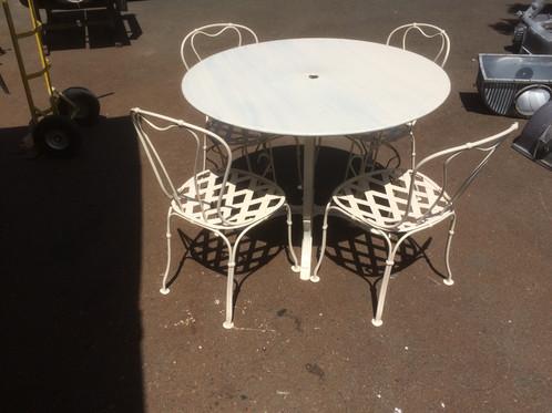 Sedie Francesi Da Giardino : Tavolo da giardino con quattro sedie