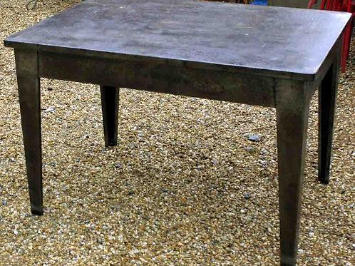 Tavolo rettangolare in metallo