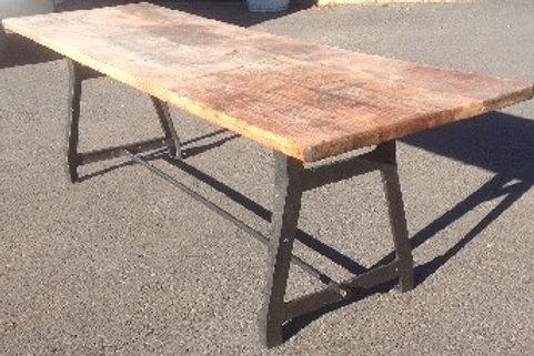Tavolo in legno con gambe in ghisa