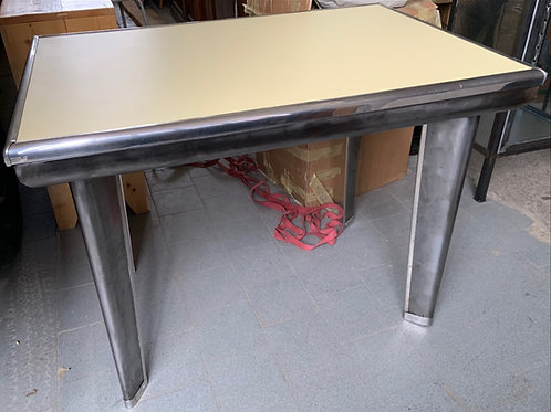 Tavolo in metallo e formica