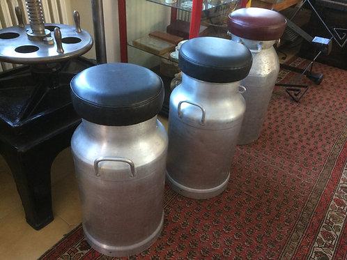 Sgabelli ricavati da vecchi bidoni del latte in alluminio