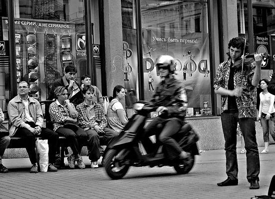 Камергерский переулок, уличный музыкант, пешеходная зона